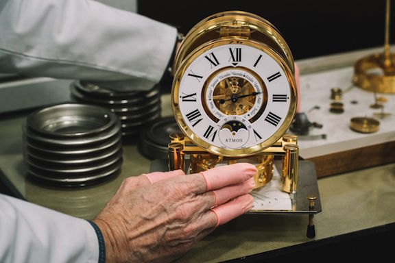 nguyên lý hoạt động đồng hồ atmos